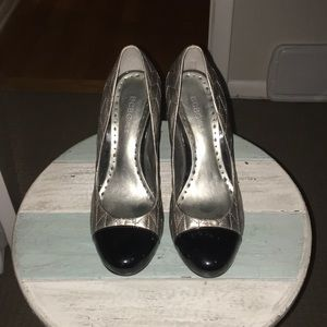BCBGIRLS 8 silver quilted and black patent pump.